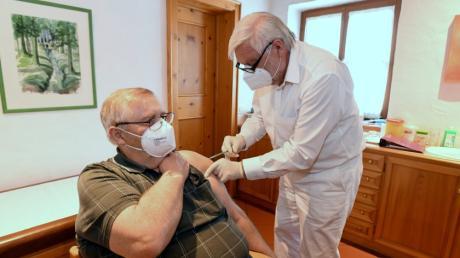 Ewald Faron wurde von seinem Hausarzt Dr. Jakob Berger gegen das Coronavirus geimpft.