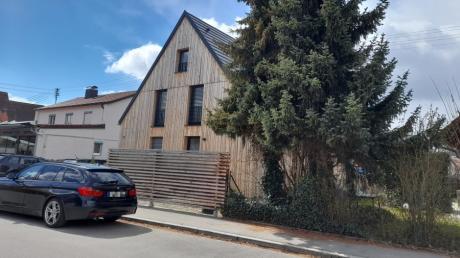 Auf diesem Grundstück in der Krumbacher Robert-Steiger-Straße hat es am Gründonnerstag einen Schusswaffeneinsatz der Polizei gegeben.