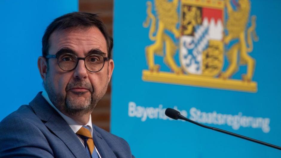 Bayerns Gesundheitsminister Klaus Holetschek stellte in Aussicht, dass die Corona-Impfungen im Freistaat ab Ende Mai nicht mehr nach Priorisierung verlaufen könnten.