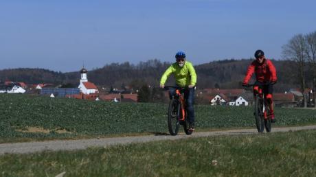 Allein auf weiter Flur. Rad-Experte Karl Sendlinger (rechts) hat unseren Sportreporter Oliver Reiser mit auf eine Mountainbike-Tour von Zusmarshausen nach Allerheiligen genommen. Meist sind beiden Radler dabei unter sich.