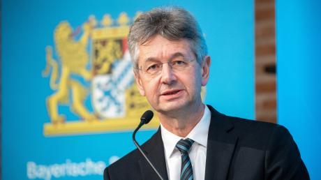 Der Kultusminister von Bayern, Michael Piazolo, erklärte am Freitag bei einer Pressekonferenz erneut die Regelungen für die verpflichtenden Corona-Tests an den Schulen.