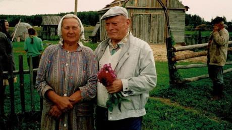 Dieses Foto zeigt Valentin Mayer und Anna, die im Krieg 1941 gerade mal acht Jahre alt war. Er traf sie nach 46 Jahren in einem Dorf bei Smolensk in Russland, wo er sich einst mit seiner Truppe in Stellung befand.