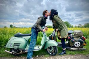 """Monika Rasidovic und ihren Freund verbindet auch die Liebe zu ihren Vespas: """"Seit 1988 infiziert und nie geheilt - und endlich einen genauso Verrückten gefunden"""", schreibt sie zum Bild."""