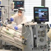 Die Intensivstationen der Krankenhäuser in Aichach (Foto) und Friedberg sind in der dritten Corona-Welle voll belegt. Was bedeutet das für schwerstkranke Patienten?