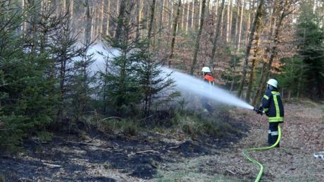 Im Wald zwischen Oberroth und Unterschönegg brennt es.