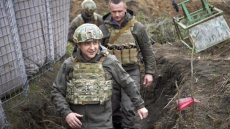 Wolodymyr Selenskyj (l), Präsident der Ukraine, besucht die vom Krieg betroffene Region Donezk im Osten der Ukraine.