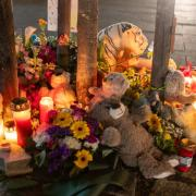 An der Unfallstelle in der Ulmer Straße in Vöhringen gedenken die Menschen mit Kerzen, Blumen und Kuscheltieren dem toten Siebenjährigen. Foto: Thomas Kempf
