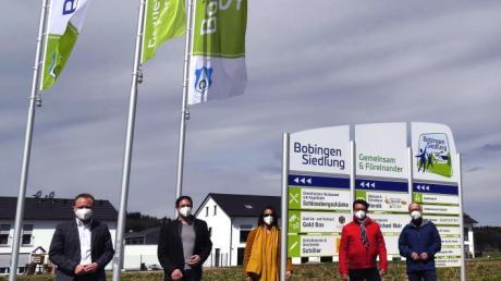 Die Bobinger Siedlung bekommt Flaggen und eine Beschilderung: (von links) Klaus Förster, Marco Gutmayer, Cora Hemming-Haas, Thomas Ludwig und Rainer Thierbach.