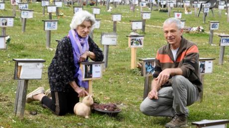 Aus Überzeugung betreiben Dorothee Petri, die Witwe des Gründers, den Attis-Tierfriedhof. Helmut Spengler hilft bei der ehrenamtlichen Pflege des Areals.