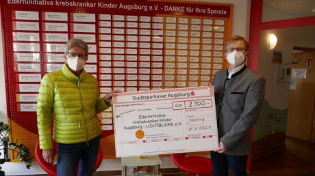 Maritta Neugebauer übergab eine Spende von 2900 Euro an Thomas Kleist, den Geschäftsführer der Elterininitiative krebskranker Kinder Augsburg - Lichtblicke.