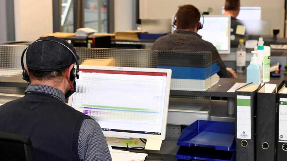 Mitarbeiter des Augsburger Gesundheitsamtes rufen Infizierte und deren Kontaktpersonen an: Wegen der Corona-Krise arbeiten derzeit fast 400 Menschen für das Amt.