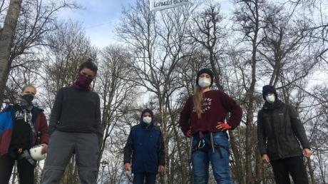 """Das neu gegründete Aktionsbündnis """"Wald statt Stahl"""" demonstriert mit Bannern für den Erhalt des Lohwalds in Meitingen."""