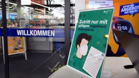 Neue Corona-Regeln für den Einzelhandel im Kreis Augsburg. Kunden müssen bei vielen Geschäften nun einen negativen Corona-Test vorzeigen, um vor Ort einkaufen zu können.