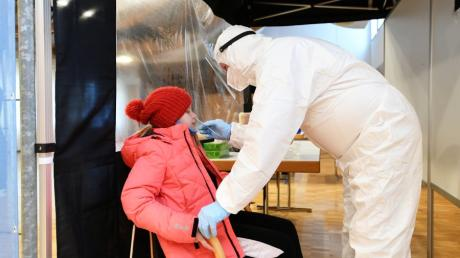 Patrick Junker von der Feuerwehr Aystetten testet die neunjährige Franziska, bevor sie in die Schule geht. Das Angebot soll unter anderem die Angst vor dem Schnelltest in der Nase nehmen.