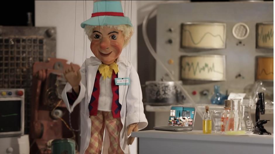 Der Puppenkisten-Kasper erklärt Kindern in einem Video, wie man einen Corona-Schnelltest macht.