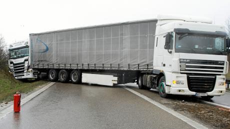 Ein Unfall mit zwei Lkw hatte am Montag auf der B 300 bei Dasing einen langen Stau zur Folge.