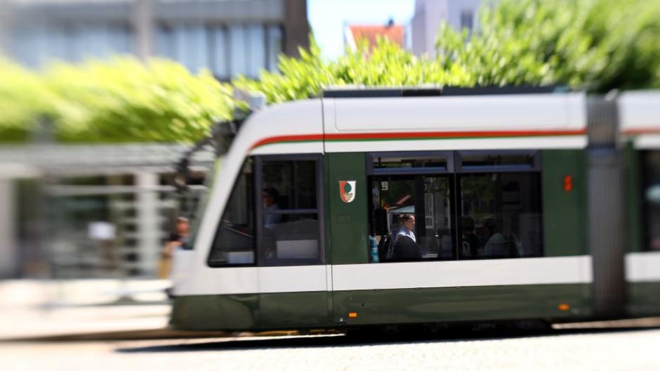 Dreimal sind Straßenbahnen der Linie 2 in Augsburg beschädigt worden.