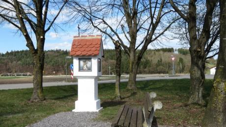 Das Ulrichsmarterl im Todtenweiser Ortsteil Sand ist renoviert. Der Bildstock ist mit vier Bildern hinter den dicken Scheiben versehen, die auf den heiligen Ulrich verweisen.