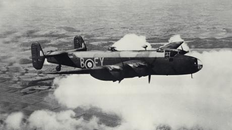 Übung für die Operation Margin: Ein Bomber vom Typ Avro Lancaster trainiert hier im April 1942 über Großbritannien für den Angriff auf Augsburg.