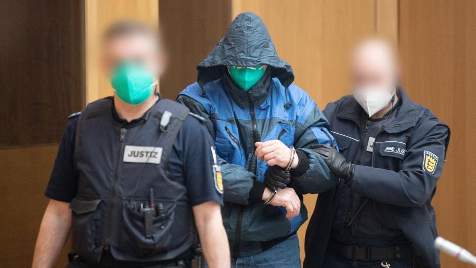 """Die Angeklagten der mutmaßlich rechtsextremen Terrorzelle """"Gruppe S."""" kamen teils vermummt in den Gerichtssaal."""