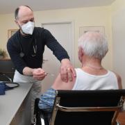 Auch beim Hausarzt wird jetzt gegen Corona geimpft. In Augsburger Praxen zeigen sich jedoch bereits Probleme.