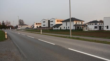 Das Neubaugebiet an der Bobinger Straße  in Oberottmarshausen mit dem Kreisverkehr soll durch Bäume und Sträucher verschönert werden.
