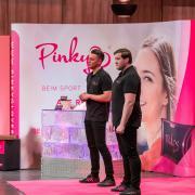 """Die beiden Gründer Eugen Raimkulow (links) und Andre Ritterwürden stellten Mitte April bei """"Die Höhle der Löwen"""" ihr Produkt """"Pinky Gloves"""" vor."""