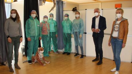 Rektorin Maren Hankl und Bürgermeister Lorenz Müller (rechts) freuen sich darüber, dass die Schüler vom Team der Sonnen-Apotheke mit Dr. Julia Netrval (links) getestet werden.
