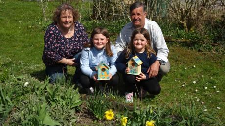 Lina Anita und Leni Anna genießen mit ihren Großeltern die Freiheit im Schrebergarten in Deuringen. Für die Vögel haben die beiden Mädchen selbst gebaute Nistkästen mitgebracht.