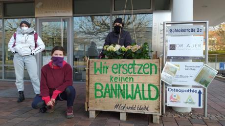 """Klima-Aktivisten von """"Wald statt Stahl"""" stellten ein bepflanztes Hochbeet vor das Büro des Landtagsabgeordneten Fabian Mehring in Meitingen."""