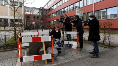 Viele Kameras waren auf den Abwassermeister gerichtet. Immer wieder musste er demonstrieren, wie die Untersuchung des Abwassers auf Coronaviren vonstattengeht.