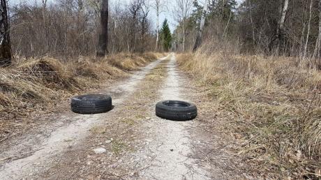 Am Jägersteig in den Lechauen bei Mering hat ein Unbekannter Reifen entsorgt.