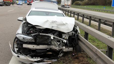 Schwerer Unfall auf der A7 bei Illertissen. Drei Personen wurden verletzt, ein Medikamententransporter wurde beschädigt.