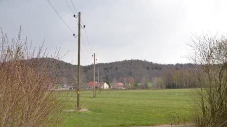 Ganz im Süden der Gemarkung Unterroth in direkter Nähe zu den Strommasten plant ein Investor aus Babenhausen eine Photovoltaikanlage. Im Hintergrund ist Schalkshofen zu sehen.