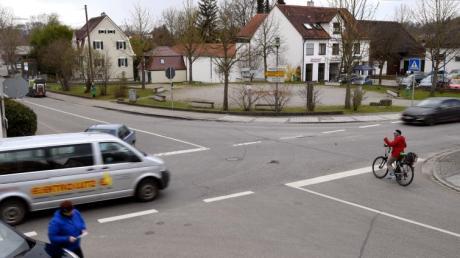 Fahrradfahrer haben es in Dinkelscherben aus Sicht des Radbeauftragten nicht leicht. Weil es auf den Hauptstraßen eng ist, schlägt er eine alternative Route für die Radler vor.