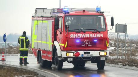 Die Feuerwehr pumpte in Leipheim ausgelaufenes Heizöl aus einem Sickerschacht. Laut Wasserwirtschaftsamt bestand keine Gefahr für das Trinkwasser.