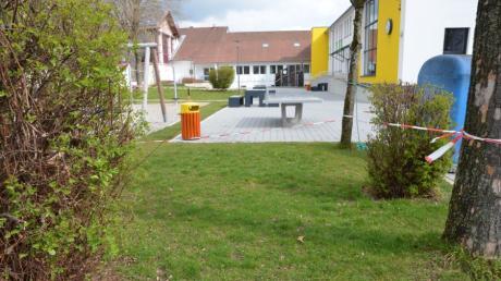 Die Rasenfläche an der Lindenschule in Bellenberg soll gepflastert werden und künftig als Fahrradparkplatz  zur Verfügung stehen.