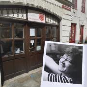 35 Jahre lang hat Ulli Weißbeck die Töpferei in der Augsburger Altstadt geführt, am Wochenende ist sie nach einer schweren Krankheit im Alter von 56 Jahren verstorben.
