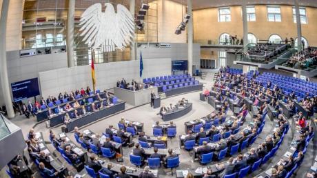 Während die Kliniken kurz vor der Überlastung sind, berät der Bundestag über die bundesweite Notbremse.
