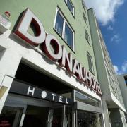 Das Donauhotel in Neu-Ulm hat eine sehr zentrale Lage in der Augsburger Straße in Neu-Ulm. Nun soll es verkauft werden.