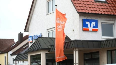 Das VR-Bank-Gebäude in Burlafingen wird abgerissen und durch einen Neubau ersetzt. Dieser fällt allerdings kleiner aus, als zunächst geplant.