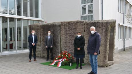 Für die Kranzniederlegung zum Gedenken der Corona-Opfer vor dem Rathaus versammelten sich die drei Neusässer Bürgermeister Richard Greiner, Wilhelm Kugelmann und Susanne Höhnle sowie der Personalratsvorsitzenden Jürgen Kaiser (Zweiter von links).