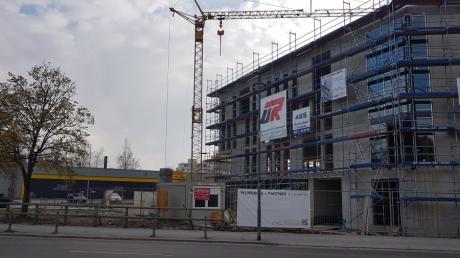 An prominenter Stelle an der Hauptstraße steht in Neusäß bereits der Rohbau für das neue Geschäftshaus auf dem Schuster-Areal. Die Bäckerei, die dort unter anderem einziehen wird, will auch draußen bewirten.