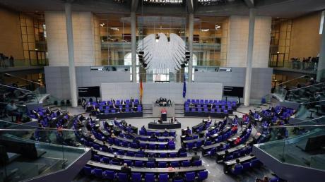 Das Parlament hat hitzig über die in der bundesweiten Corona-Notbremse vorgesehenen Ausgangsbeschränkungen diskutiert.
