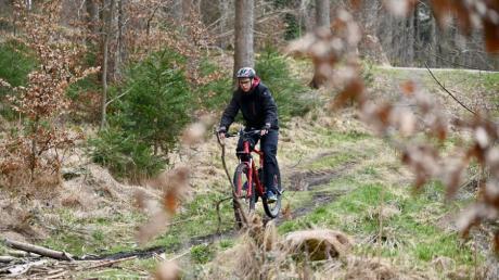 Das Fahren auf schmalen Waldwegen wie hier bei Leitershofen macht Mountainbikern besonders viel Spaß. Das gefällt Waldbesitzern und Naturschützern nicht immer.
