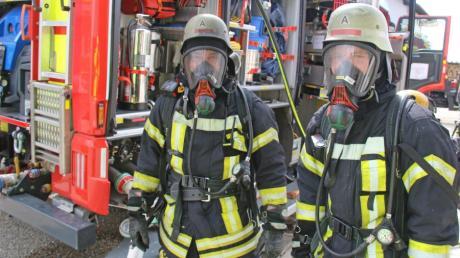 Brand in einem Keller in Witzighausen: Diese beiden Feuerwehrmänner hatten nach dem Löschen verrußte Atemschutzmasken.