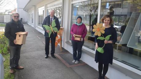 Sie freuen sich über die neue Schaufensterausstellung: von links Alwin Jung, Bürgermeister Franz Feigl, Stephanie Detke und Rebecca Ribarek.