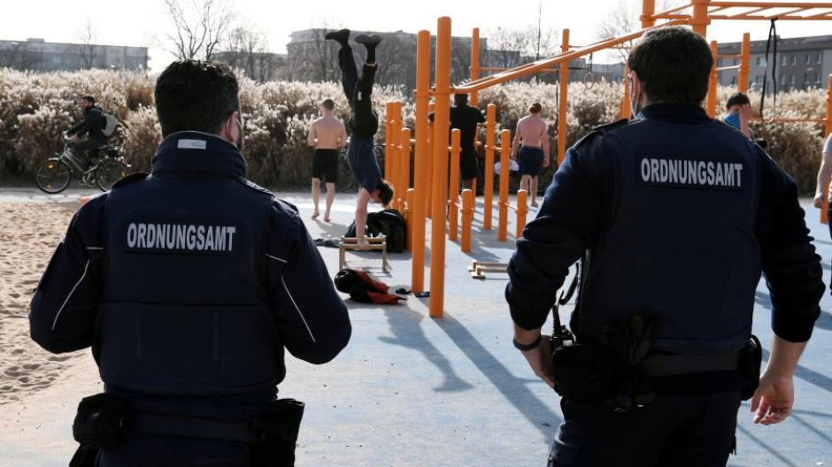 Die meisten Bürger in Augsburg halten sich an die Corona-Regeln, sagt die Polizei. Dennoch lasse mit zunehmender Dauer des Lockdowns die Disziplin bei manchen nach.