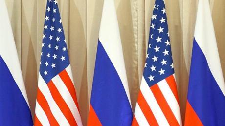 Die Flaggen vonRussland und den USA stehen beim Besuch von US-Präsident Obama in Moskau nebeneinander.