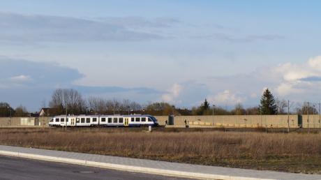 Die Fahrt vom Bahnhaltepunkt Mering-St. Afra nach Augsburg ist künftig günstiger als vom Meringer Bahnhof aus. Die Änderung im AVV-Tarif kritisieren die Grünen.